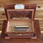 Musik-Schatulle mit detailreichen Holz-Einlegearbeiten und 50-Ton Spieluhr mit 3 Melodien