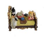 Nostalgisches Bett mit Katzen und Spieluhr
