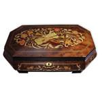 Schmuckschatulle mit großer Intarsie und 18-Ton Spieluhr