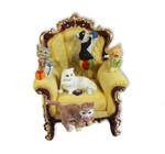 Nostalgischer Sessel mit Katzen und Spieluhr
